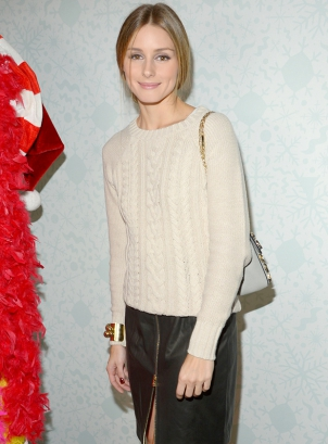 Front Page News Must have  Η δερμάτινη φούστα με φερμουάρ της Olivia Palermo cf8d0b5e474